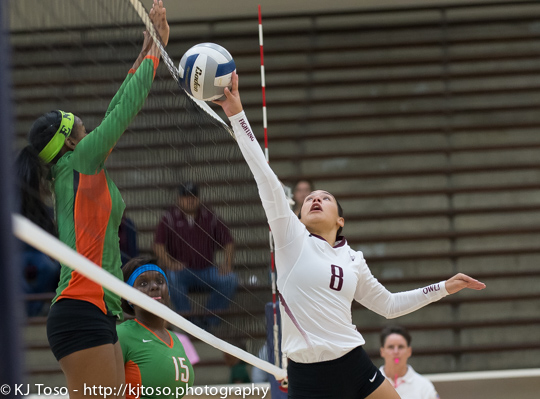 Highlands freshman setter Jazlyn Losoya (8) makes a play at the net.